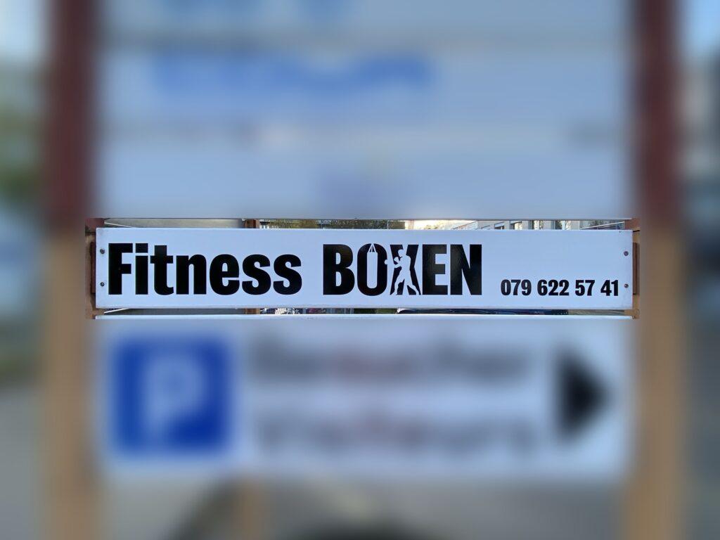 Fitnes Boxen als Vinylfolie angebracht an einem Pylon.