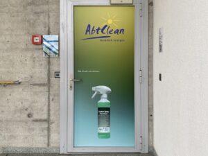 Werbung auf Glastüre welche ein Logo und eine Reinigungsflasche enthält.